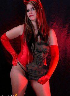 Очень плохая девушка в костюме чертёнка - фото #