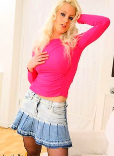 Блондинка позирует на камеру - фото #