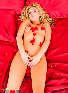 Красавица на кровате усыпанная лепестками - фото #