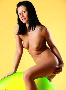 Молодая девушка позирует обнаженной - фото #