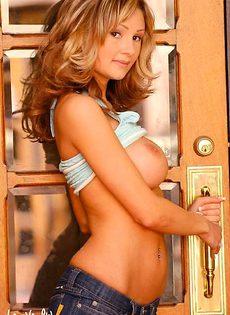 Симпатичная блондинка раздевается около двери - фото #