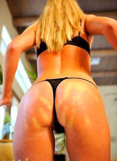 Голая блондинка показывает свой клитер - фото #
