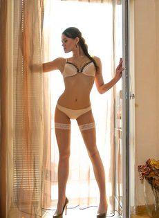 Стриптиз у окна - фото #