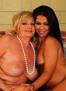 Одна пажелая дама и молодая девушка развлекаются - фото #