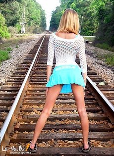 Девушки позируют на железной дороге - фото #