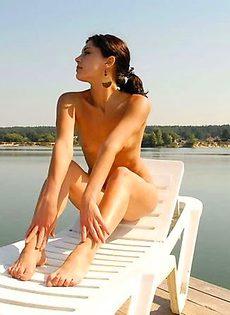 Солнечные ванны на берегу реки - фото #