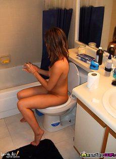 Голая девушка - частные фото в ванной и без трусиков - фото #