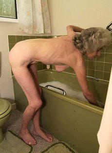 Бабулю застали в ванне - фото #