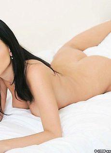 Обнажённая модель на кровате - фото #