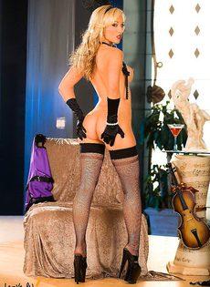 Похотливая блондинка возбуждающе позирует! - фото #