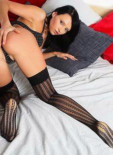 Шикарная девушка в черных чулочках покажет свое эротичное тело! - фото #