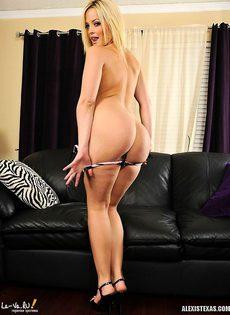 Красивая блондинка раздевается на кожаном диване - фото #