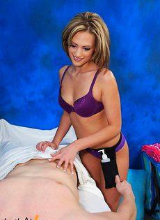 Сначала сделала массаж а потом и на члене попрыгала - фото #