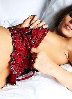 Рейчел в спальне - фото #