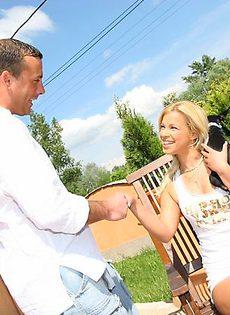 Мужик хорошенько удовлетворил блондинку - фото #