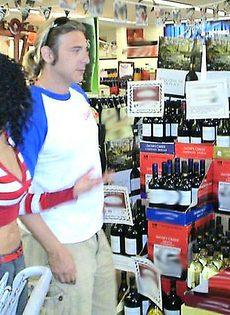 Встреча в магазина закончилась сексом - фото #