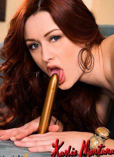 Красивая девушка сосёт свой золотистый фалос - фото #