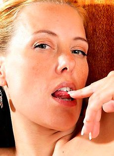 Женщина 40 лет мастурбирует на кухне - фото #