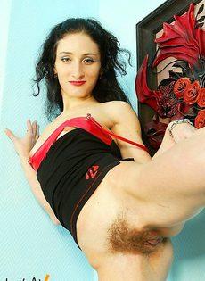 Брюнетка с очень волосатой вагиной задирает ножку - фото #