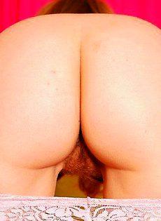 Рыженькая мастурбирует свою волосатую вагину - фото #