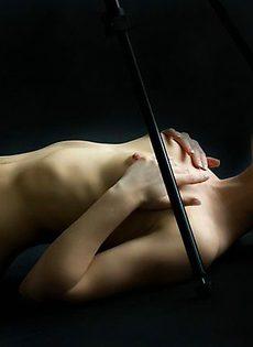 Милая девушка обожает позировать! - фото #