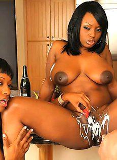 Две жопастые негритянки с обкончанными попками - фото #