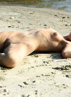 Приятная блондиночка с милым горячим телом! - фото #