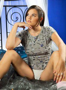 Задумчивая девушка ковыряет пальчиком у себя в вагине - фото #