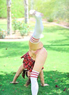 Девушка суёт шлангу себе в вагину - фото #