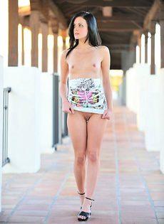 Брюнетка на улице задерает своё платье - фото #