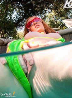 Рыжая раздевается в бассейне - фото #