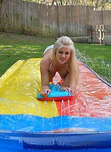 Две блондинки жадно сосут один член - фото #