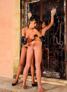 Прикованную в оковы девушку шлёпают по попке - фото #