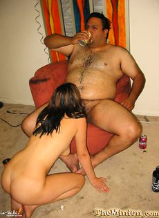 Девка епёться с волосатым толстым дядькой - фото #