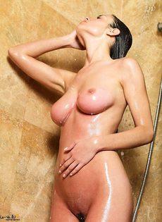 Модель принимает душ! - фото #