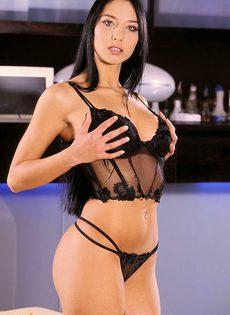Шикарная девушка  в чулочках эротично позирует! - фото #