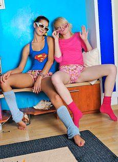 Две наглые молодые девчёнки ирают со взрослыми игрушками - фото #