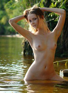Голая Яна купается в озере - фото #