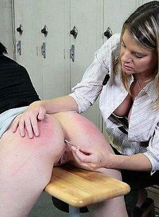 Девушка шлепает другую девушка указкой по попке - фото #