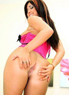 Девушка дает в попку и слизывает сперму с дивана - фото #