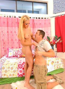 Мужик трахает блондинку с хорошой попкой - фото #