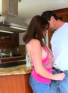 Мужик обкончал девушке на кухне всё лицо - фото #
