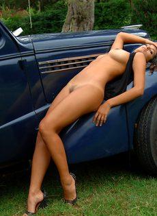 Сексуальная итальянская девушка обнажилась на фоне ретро автомобиля - фото #