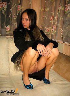 В куртке на диване - фото #