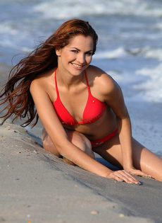 Прекрасная Валерия на берегу - фото #
