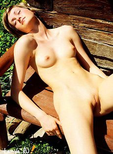 Любит ходить голой во дворе - фото #