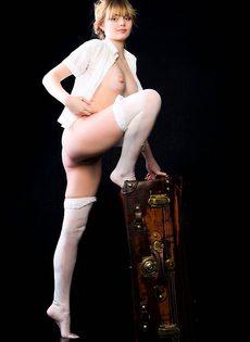 Голая с чемоданом - фото #