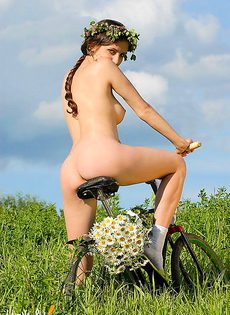 В поле на велосипеде - фото #