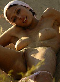 Вся в песке - фото #