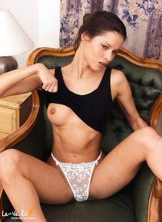 Девушка на стуле показывает свою красивую грудь - фото #